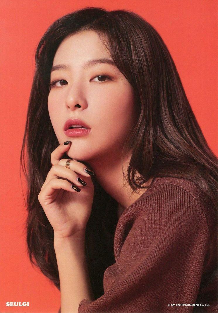 뷰러, 마스카라, 인조속눈썹 등으로 속눈썹을 강조한 레드벨벳 슬기. 사진=SM엔터테인먼트
