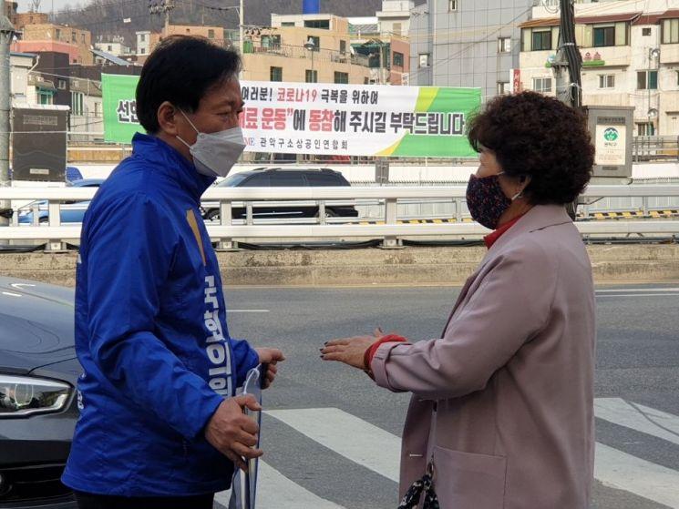4·15 총선에서 관악을에 출마하는 정태호 더불어민주당 후보가 31일 오후 서울 관악구 삼성동 시장 앞에서 주민과 만나 대화를 나누고 있다.