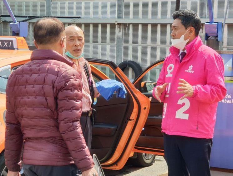 4·15 총선에서 관악을에 출마하는 오신환 미래통합당 후보가 31일 오후 서울 관악구 대학동에서 주민들과 만나 대화를 나누고 있다.