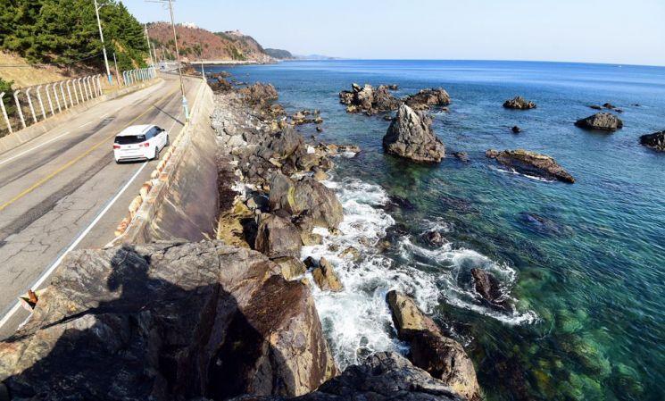 거진 해안도로에 최근 철조망이 제거됐다.  짧은 구간이지만 바다를 보며 달리는 해안도로의 느낌은 길고 짜릿하다.