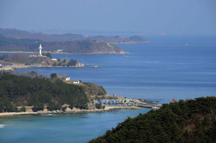 우리나라 최북단 등대인 대진등대 뒤로 북쪽 해금강이 시야에 잡힌다.