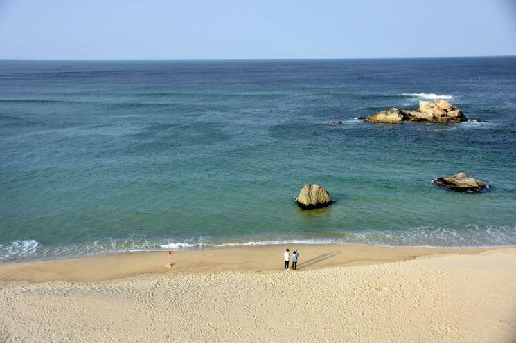 코로나19 영향으로 한산한 모습을 보이는 고성 해변