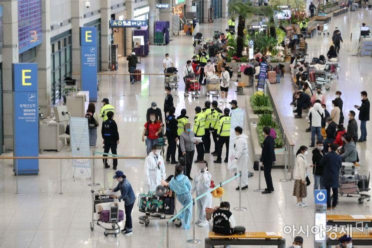 해외에서 들어오는 모든 입국자의 2주간 자가격리 의무화가 시작된 1일 인천국제공항 1터미널 입국장이 입국자들과 경찰, 교통 안내 직원 등으로 북적이고 있다. /문호남 기자 munonam@