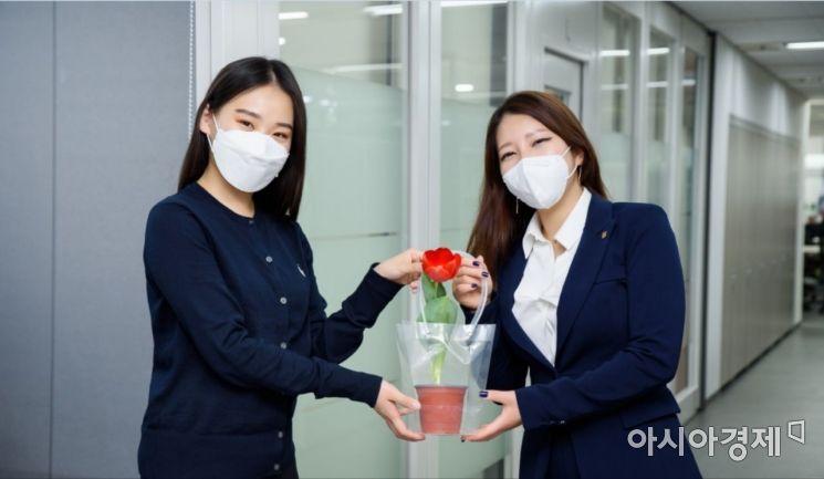 오렌지라이프는 재정 컨설턴트(FC)가 4월 한 달 간 고객을 방문해 꽃화분을 전달하는 '호프(Hope) 캠페인'을 진행한다고 1일 밝혔다.