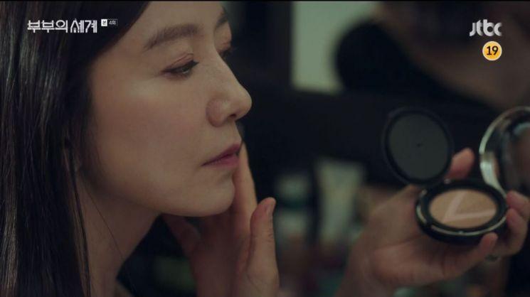쿠션을 사용 중인 김희애.