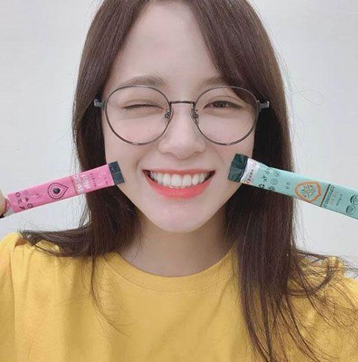 보송하고 깔끔한 피부표현이 돋보이는 김세정의 안경 메이크업. 사진=구구단 인스타그램