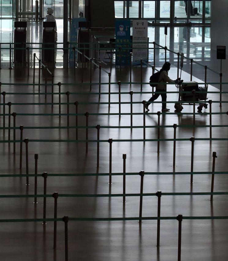 인천국제공항 1터미널 출국장 체크인 카운터가 한산한 모습을 보이고 있다.[이미지출처=연합뉴스]