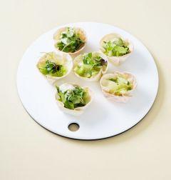 3. 만두피를 머핀 틀에서 빼내어 식힌 다음 어린잎 채소와 사워크림 소스를 넣는다. (Tip사워크림이 없다면 플레인 요거트나 마요네즈 계열의 드레싱을 이용한다.)