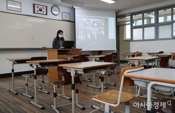 전국 중고등학교가 고3, 중3부터 온라인 개학을 시작한 9일 서울 마포구 서울여고 교실에서 선생님이 온라인으로 수업을 진행하고 있다./강진형 기자aymsdream@