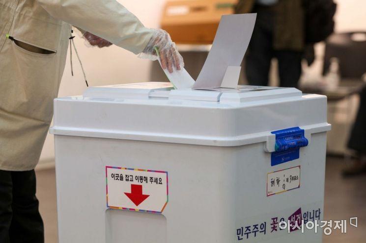 제21대 국회의원선거일인 2000년 4월15일 서울 종로구 혜화아트센터에 마련된 투표소에서 유권자들이 투표하고 있다./강진형 기자aymsdream@