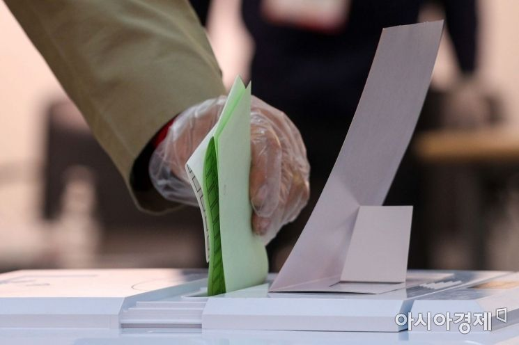 제21대 국회의원선거일인 지난해 4월15일 서울 종로구 혜화아트센터에 마련된 투표소에서 유권자들이 투표하고 있다./강진형 기자aymsdream@