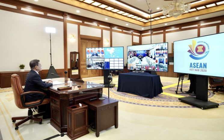 문재인 대통령이 지난달 14일 오후 청와대 집무실에서 '아세안+3 화상정상회의'를 하고 있다. [이미지출처=연합뉴스]