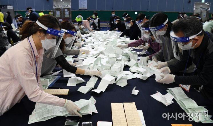 제21대 국회의원선거가 치뤄진 15일 서울 영등포구 다목적배드민턴체육관에 마련된 개표소에서 관계자들이 개표 작업을 하고 있다./김현민 기자 kimhyun81@