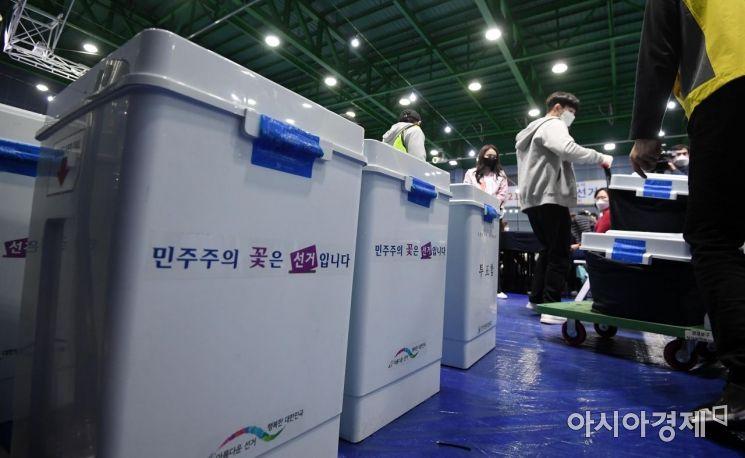 제21대 국회의원선거가 치뤄진 15일 서울 영등포구 다목적배드민턴체육관에 마련된 개표소에 투표함이 도착하고 있다./김현민 기자 kimhyun81@