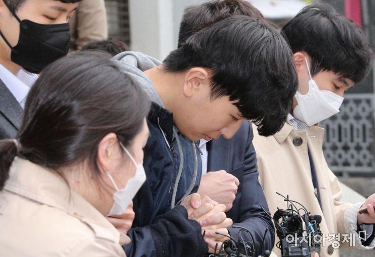 조주빈과 함께 텔레그램 '박사방'의 공동 운영자로 알려진 '부따' 강훈이 17일 서울 종로경찰서에서 검찰로 송치되기 위해 호송차로 이동하고 있다./강진형 기자aymsdream@
