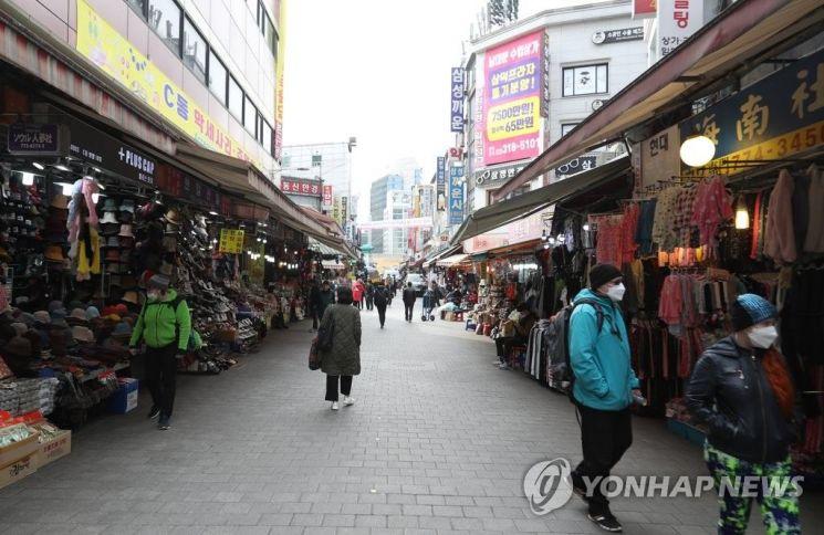 신종 코로나바이러스(코로나19)의 지역사회 확산 가능성이 커지고 있는 지난 2월24일 서울 남대문이 한산한 모습이다. / 사진=연합뉴스