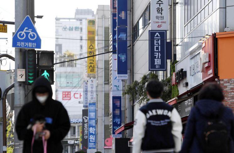 """""""수능 한달여 앞두고"""" … 대치동 학원가 60명 자가격리 '방역 비상'"""