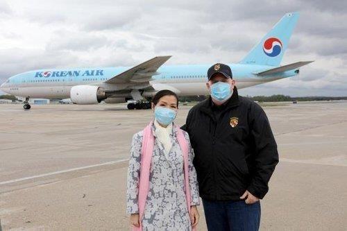 래리 호건 매릴랜드 주지사 부부가 한국산 코로나19 진단 키트를 운송해 온 비행기 앞에서 포즈를 취하고 있다. [이미지출처=연합뉴스]