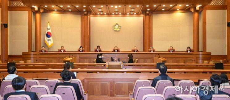 유남석 헌법재판소 소장이 23일 서울 종로구 헌법재판소에서 2015년 12월 고 백남기 농민의 가족들이 경찰의 직사살수 행위가 헌법에 위반된다며 낸 헌법소원 사건에 대한 선고를 진행하고 있다./강진형 기자aymsdream@