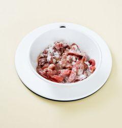 1. 돼지고기는 먹기 좋은 크기로 썰어 소금과 후춧가루로 밑간을 한 후 녹말가루, 달걀 흰자, 식용유를 넣어 튀김옷을 입힌다.