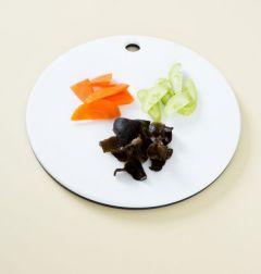 3. 오이와 당근은 먹기 좋은 크기로 썰고 목이버섯은 물에 불려 손으로 뜯는다.