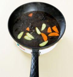 4. 팬에 물 1컵+1/2컵을 넣고 끓여 끓으면 나머지 재료를 모두 넣고 끓인다. 소스가 끓으면 오이, 당근, 목이버섯을 넣어 30초 정도 살짝 끓인다.
