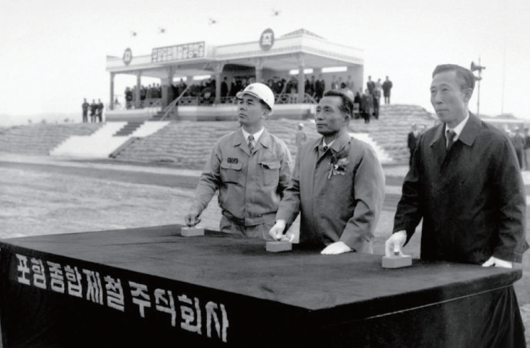 1970년 4월 1일 포항제철 1기 설비 종합착공식에 참석한 박태준 사장, 박정희 대통령, 김학렬 부총리(왼쪽부터)  (사진_포스코)