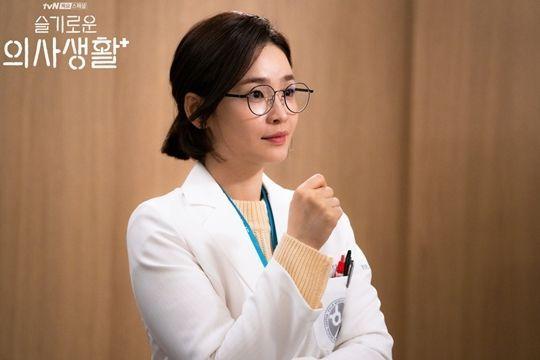 짙은 색의 동그란 안경을 착용한 전미도. 사진=tvN '슬기로운 의사생활' 현장포토
