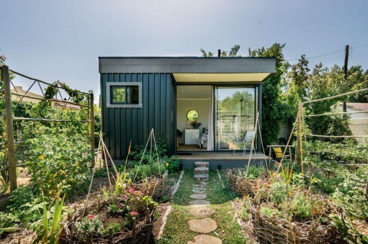 유기농 허브와 채소 텃밭 정원 한가운데 있는 통나무집(남아프리카공화국 스텔렌보스)