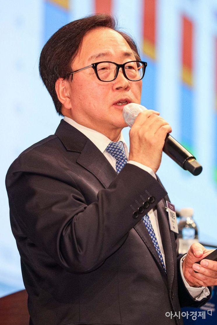 이동근 현대경제연구원장이 28일 서울 중구 조선호텔에서 코로나19 팬데믹시대, 한국 경제 방향이란 주제로 열린 '2020 아시아미래기업포럼'에 참석해 강연을 하고 있다./강진형 기자aymsdream@