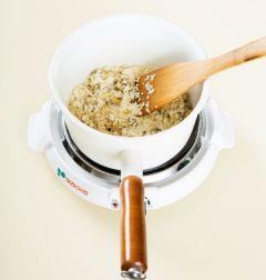 2. 두꺼운 냄비에 참기름을 두르고 조갯살을 넣어 2분 정도 볶다가 쌀을 넣어 2~3분 정도 중간 불에 볶는다.