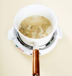 3. 쌀알이 투명해지면 물 4컵을 부어 센 불에 바닥을 잘 저어가며 끓인다. 끓기 시작하면 중간 불로 줄여 20분정도 끓인다.