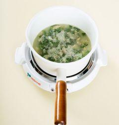 4. 중간중간 바닥에 눌어붙지 않도록 저어가며 끓이다가 쌀알이 퍼지면 냉이를 넣고 3분 정도 더 끓인다. 소금으로 간을 하고 깨소금을 넣는다.
