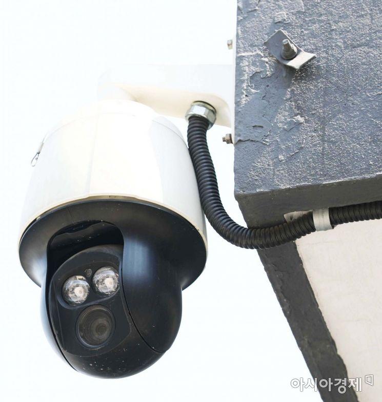 흰 모자를 쓴 CCTV가 눈을 흘기고 있다. 무엇을 보았는지 입이 떡 벌어졌다. /문호남 기자 munonam@