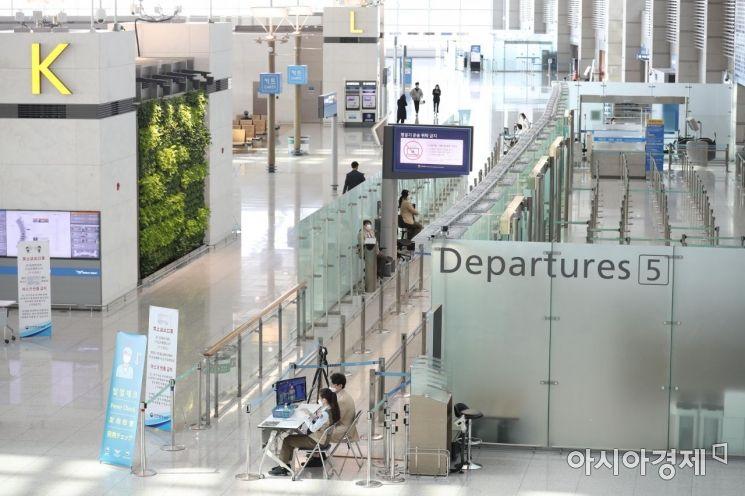 황금연휴를 앞둔 29일 인천국제공항 1터미널 출국장이 썰렁하다. /문호남 기자 munonam@