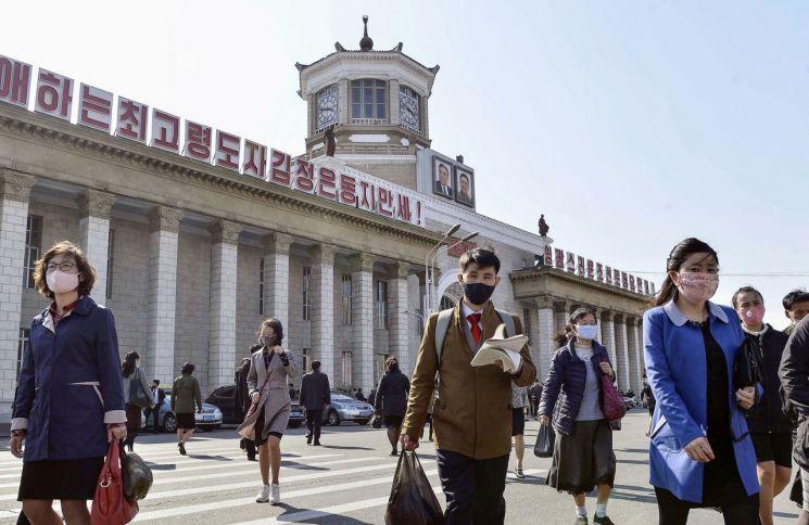북한 평양 주민들이 지난달 27일 신종 코로나바이러스감염증(코로나19) 전염을 막기 위해 마스크를 쓰고 평양역 앞을 걸어가고 있다. (사진=연합뉴스)