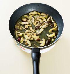 4. 버섯이 익으면 소금과 후춧가루로 간을 하고 파스타 삶은 물을 1/4컵 정도 넣어 끓인다.