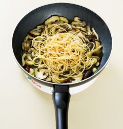 5. 스파게티를 넣어 잘 섞고 소금과 후춧가루로 간을 하고 남은 아보카도 오일을 뿌린다.  (Tip 스파게티 대신 밥을 넣으면 볶음밥이 된다.)