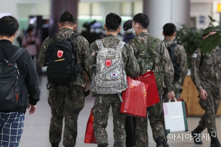 신종 코로나바이러스 감염증(코로나19) 확산 방지를 위해 통제됐던 장병 휴가가 정상 시행된 8일 서울역에서 휴가를 떠나는 장병들이 열차로 향하고 있다. /문호남 기자 munonam@