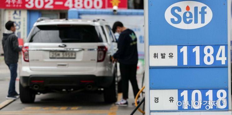 전국 주유소 휘발유 가격이 15주 연속 하락해 리터당 1,250원대를 기록하고 있는 10일 서울 은평구 한 주유소에서 휘발유를 리터당 1,184원, 경유를 리터당 1,018원에 판매하고 있다./강진형 기자aymsdream@