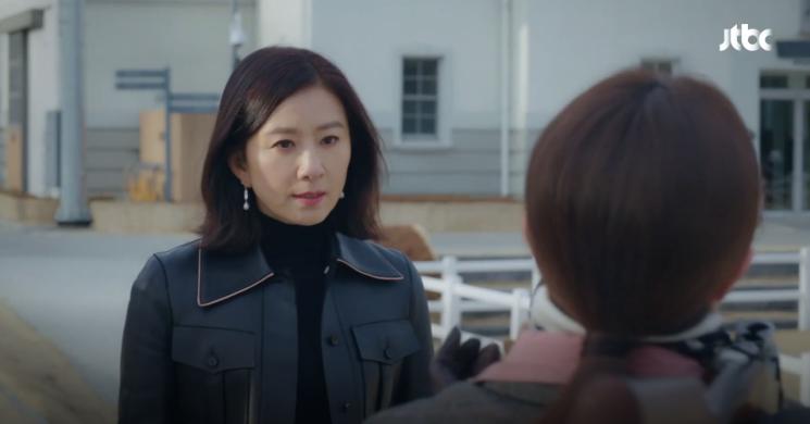 '레더+데님' 캐주얼 스타일도 가능한 김희애