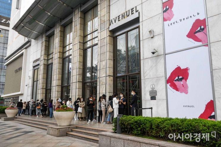 12일 서울 중구 한 백화점 명품관 앞에서 고객들이 매장 앞에서 줄을 서며 개장을 기다리고 있다./강진형 기자aymsdream@