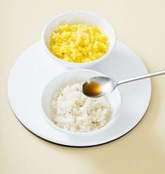 3. 따끈한 흰 밥, 치자밥에 소금과 참기름을 넣어 간을 한다.