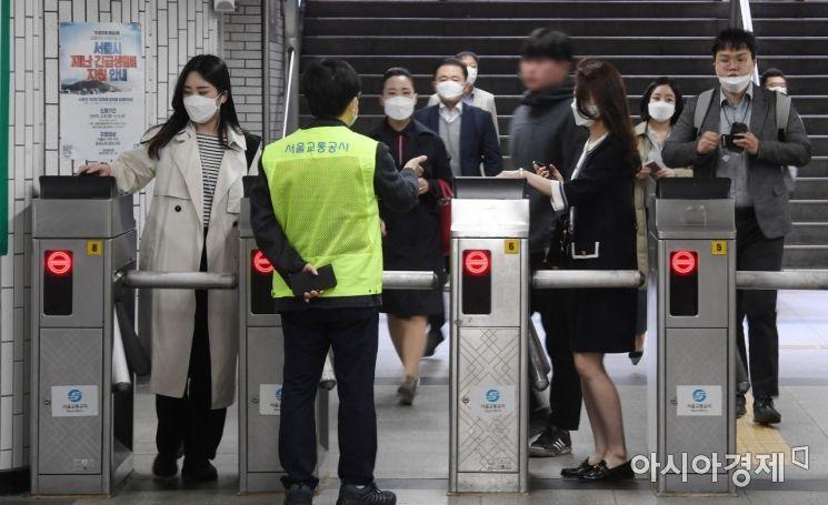 13일 서울 구로구 신도림역 개찰구 앞에서 서울교통공사 본사 관계자가 마스크를 착용하지 않은 이용객을 제지하며 마스크 구입처를 안내하고 있다. 서울시는 이날부터 지하철 혼잡도가 '혼잡 단계'에 이르면 마스크를 착용하지 않은 승객의 탑승을 제한한다. 마스크를 갖고 오지 않은 승객을 위해 덴탈마스크를 전 역사의 자판기(448곳), 통합판매점(118곳), 편의점(157곳) 등에서 시중가격으로 구매할 수 있도록 했다./김현민 기자 kimhyun81@