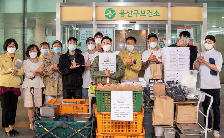 [포토]이태원 상인모임, 용산복지재단에 도시락 200인분 기부