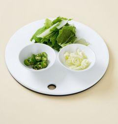 1. 얼갈이배추는 물에 씻어 먹기 좋은 크기로 썰고 대파와 청양고추는 송송 썬다.