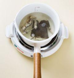 2. 냄비에 물 3컵, 멸치, 다시마를 넣어 끓인다. 국물이 끓으면 다시마를 건져내고 멸치는 3분 정도 더 끓여서 체에 거른다.