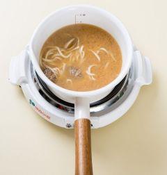 3. 국물에 된장을 넣어 끓인 후 바지락을 넣고 1분 정도 끓인다. 국물이 끓으면 칼국수면을 넣어 끓인다.