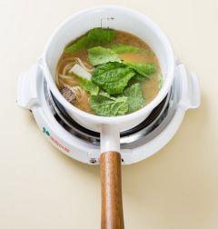 4. 국물이 끓어오르면 칼국수면을 젓가락으로 잘 젓고 얼갈이배추, 대파, 청양고추, 다진 마늘을 넣어 2분 정도 더 끓인다. 소금과 후춧가루로 간을 한다.