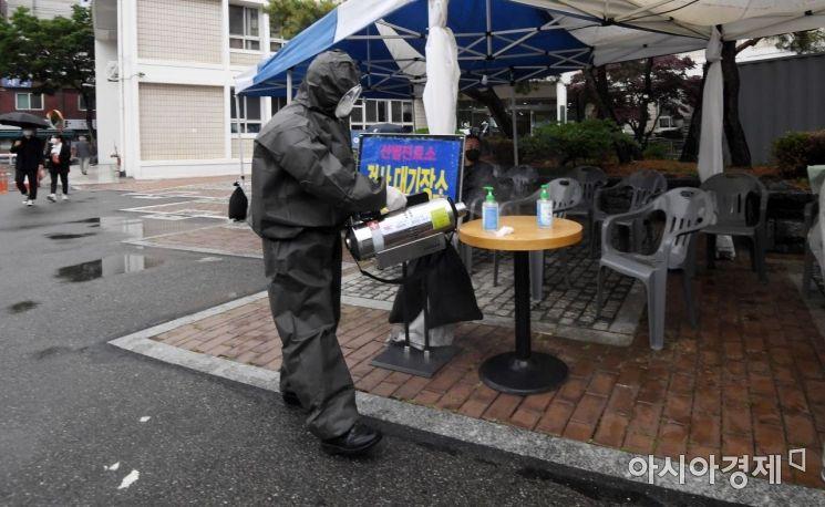 15일 서울 영등포보건소 앞 마당에 마련된 신종 코로나바이러스 감염증(코로나19) 선별진료소에서 관계자가 방역을 하고 있다. ./김현민 기자 kimhyun81@